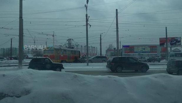 В Барнауле образовалась пробка из-за жесткого столкновения трамвая и легковушки.