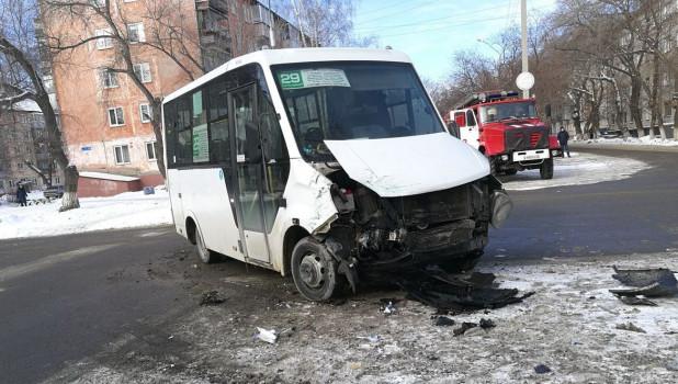 """В Барнауле столкнулись """"маршрутка"""" и Mitsubishi Pajero."""