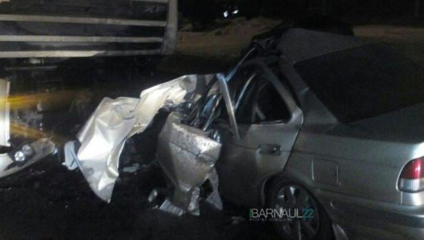 В Барнауле после столкновения с грузовиком смяло Nissan, водитель в больнице.