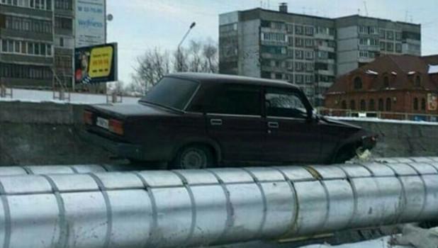 В алтайском городе автомобиль вылетел на теплотрассу.