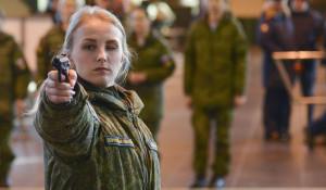 Девушки-военнослужащие на первом конкурсе красоты.