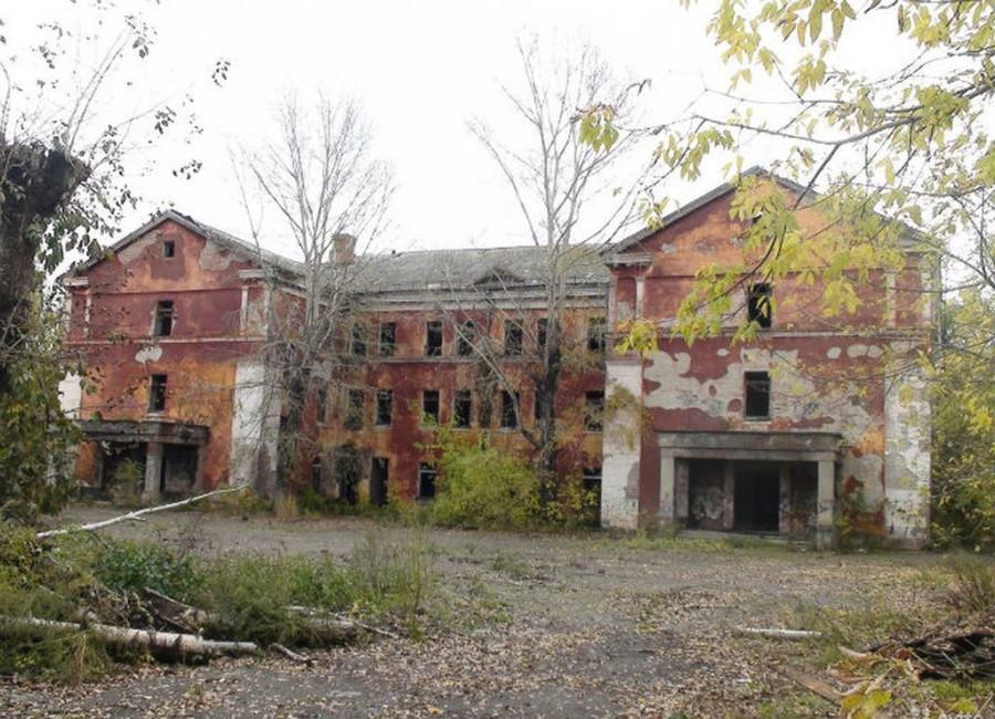 Здание бывших военных казарм.