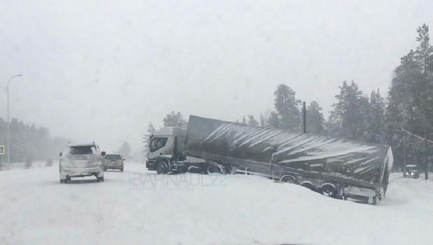 На федеральной трассе Р-256 из-за снегопада и гололеда — множество аварий. 26 марта 2018 года.