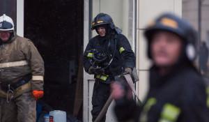 """Пожарные борются с огнем в кемеровском торговом центре """"Зимняя вишня""""."""