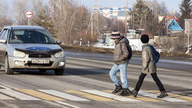 Дети из Сибирской долины идут в школу.