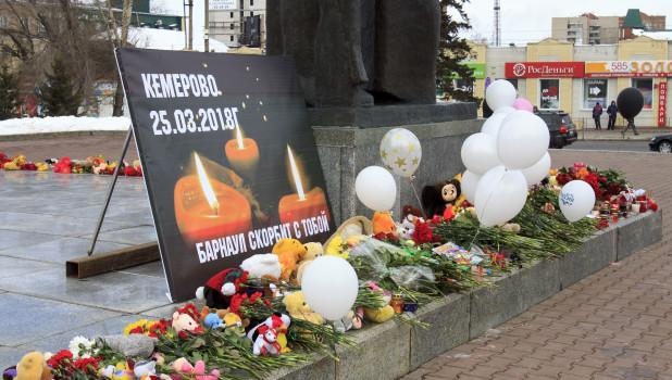 """Акция памяти в честь погибших в ТЦ """"Зимняя вишня"""" в Кемерове. Барнаул, 28 марта 2018 года."""