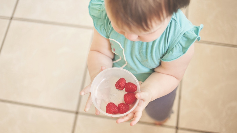 Ребенок и ягоды. Еда.