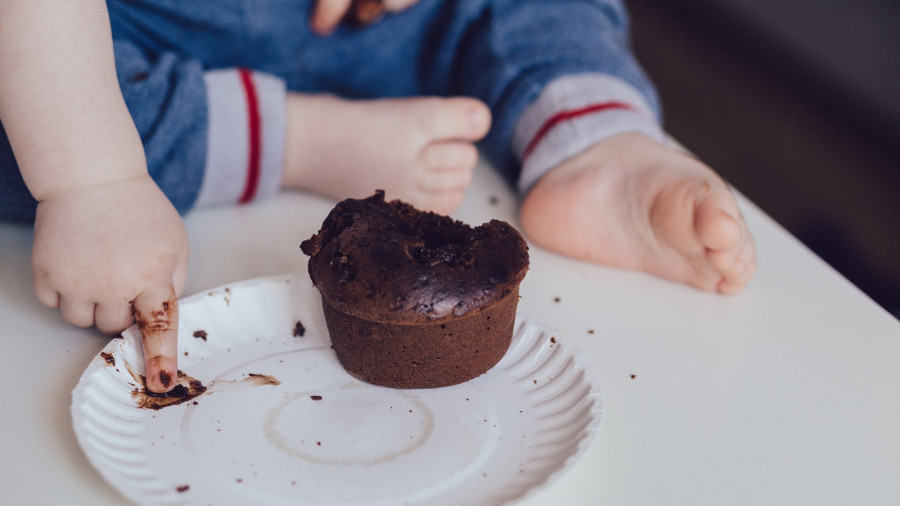 Ребенок ест кекс.