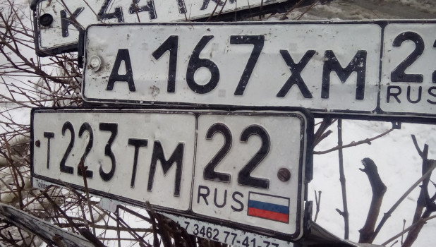 В Бийске во время паводка уплыли десятки автомобильных номеров.
