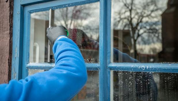 Мыть окна. Уборка.