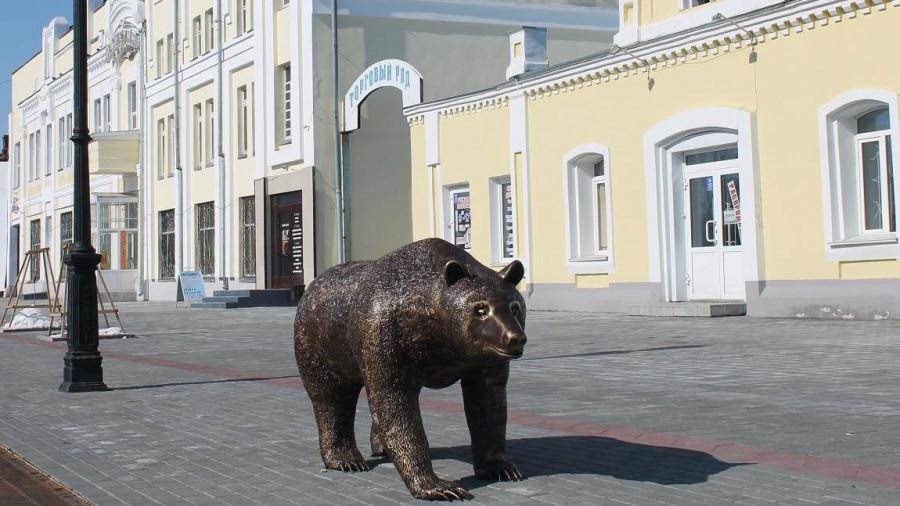 Отреставрированного медведя вернули на улицу Мало-Тобольскую. Барнаул, 2 апреля 2018 года.