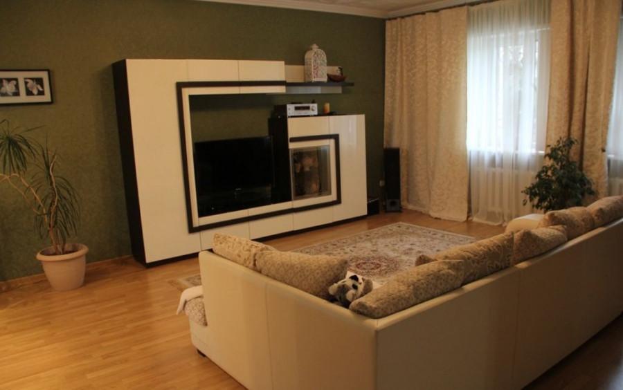 В Барнауле продают большой коттедж с двумя кухнями и садом.