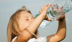 Девочка пьет воду.