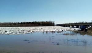 В Тальменском районе река подтапливает дома, взрывают лед.