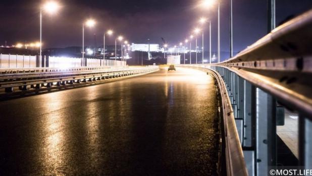 Ночное освещение автодорожной части Крымского моста.