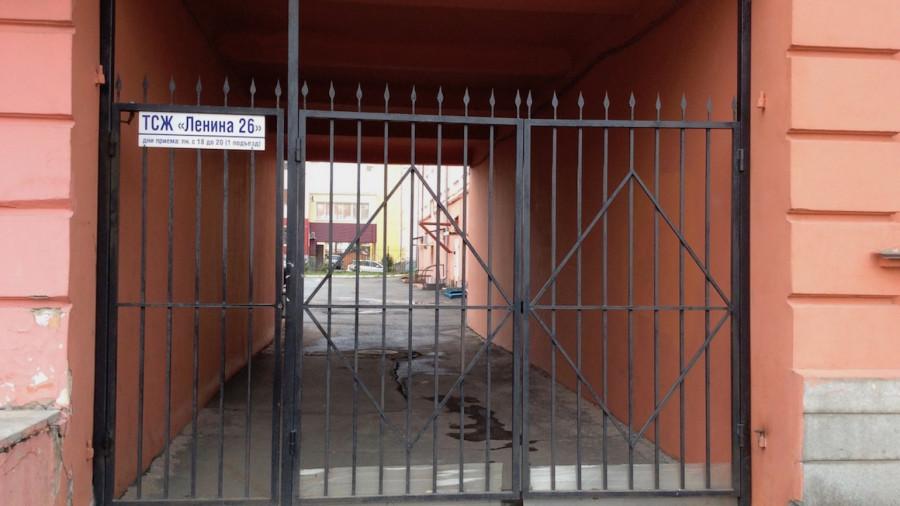 """ТСЖ """"Ленина, 26"""" огородило въезд во двор со всех сторон. Начало 2019 года."""