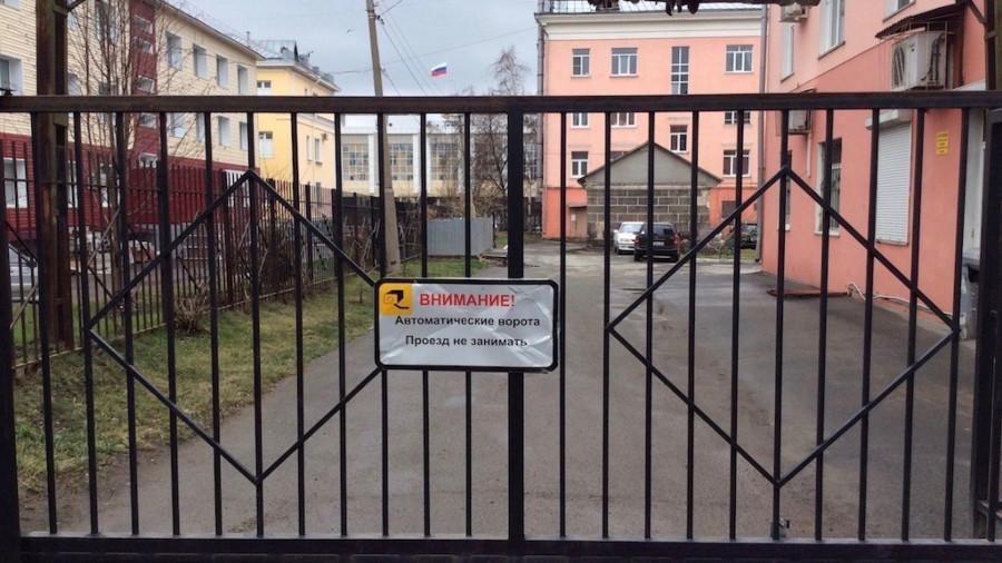 """ТСЖ """"Ленина, 26"""" огородило въезд во двор со всех сторон. Фото: altapress.ru."""