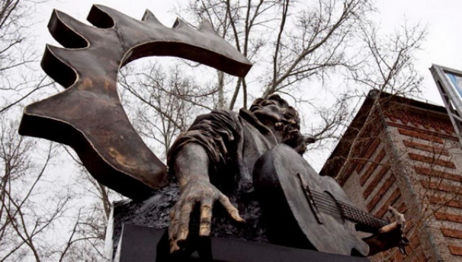 На создание памятника Цою ушло около семи месяцев. Скульптура выполнена из армированного бетона, покрыта тоном под бронзу.