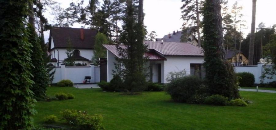 В Барнауле продают коттедж с ремонтом в стиле хай-тек и банным комплексом.