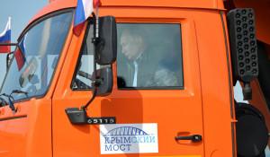 Владимир Путин проехал по Крымскому мосту за рулём КамАЗа.