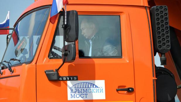 Владимир Путин за рулем КамАЗа.