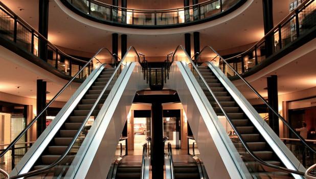 Пустой торговый центр.