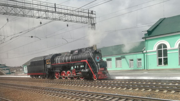 """По Новосибирску в """"Музейную ночь"""" проехал старинный паровоз. 19 мая 2018 года."""