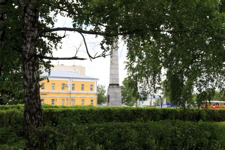 Здания Демидовской площади.