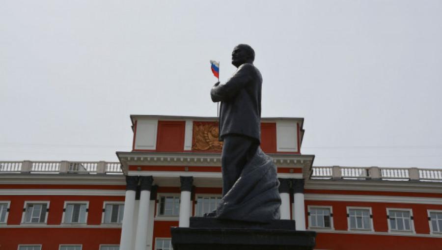 """Ленин-белогвардеец"" у здания краевого суда."