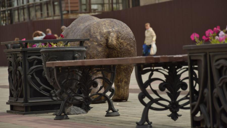 """""""Хвост виляет Арбатом"""". Скульптура медведя на улице Мало-Тобольской."""