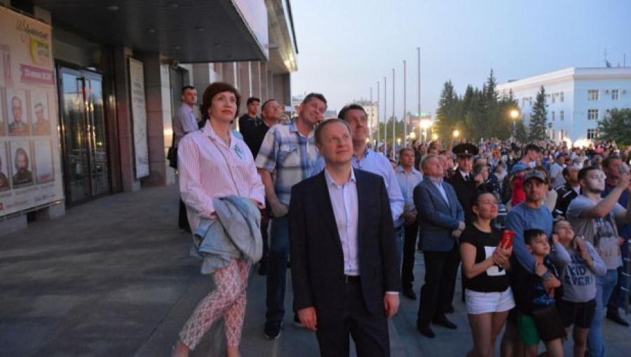 Виктор Томенко с супругой посмотрели праздничный салют в Барнауле.