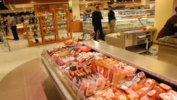 Колбаса и мясные деликатесы в магазине.