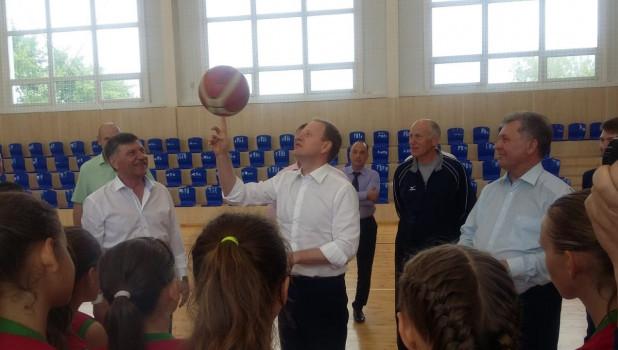 Виктор Томенко ловко управляется  бакетбольным мячом