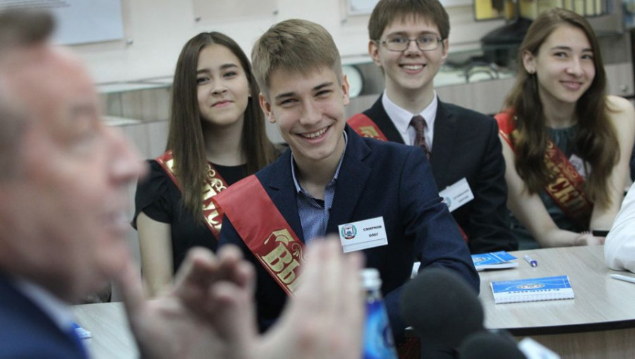 Выпускник 42 школы Олег Смирнов.