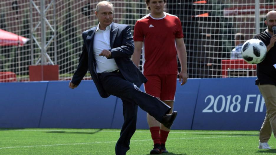 Владимир Путин на Красной площади в парке футбола.