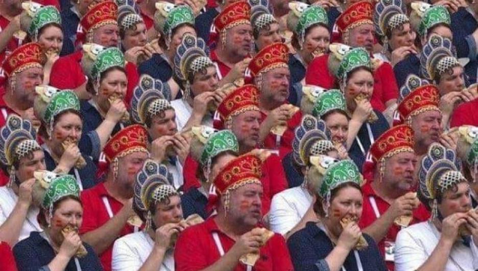 Россияне радуются победе нашей сборной над испанцами.