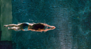Бассейн. Девушка плавает.