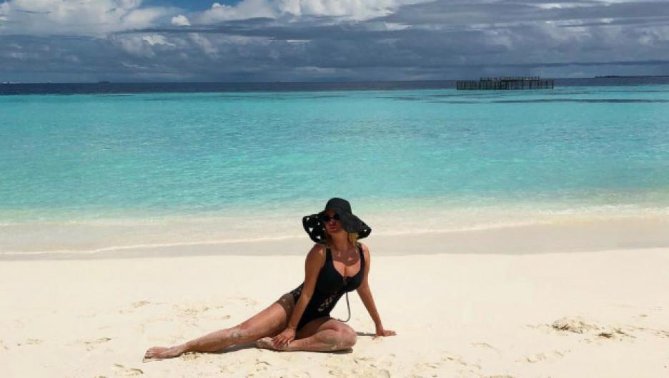 Анна Семенович на пляже.
