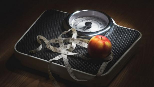 Ожирение. Лишний вес. Весы.
