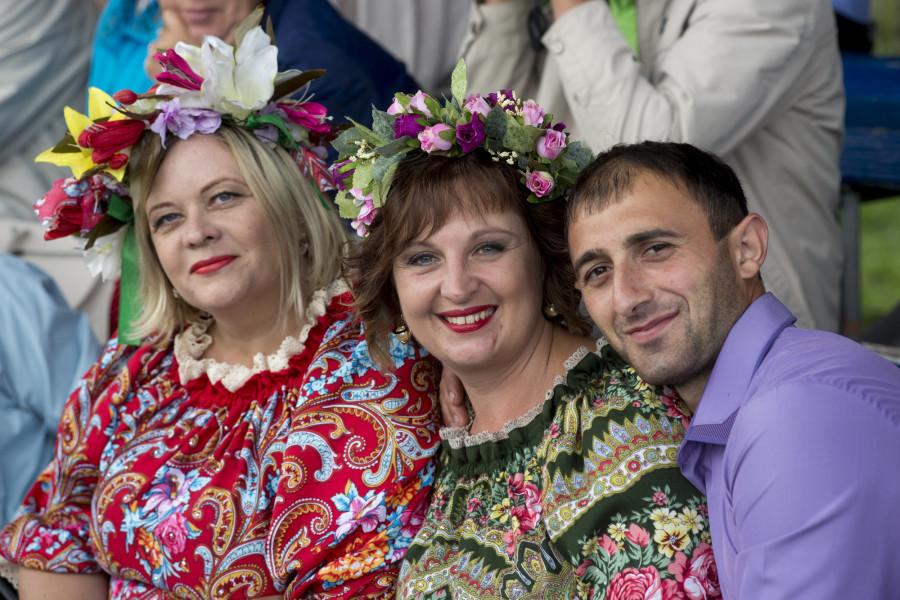 Девушки на Шукшинском фестивале в Сростках.