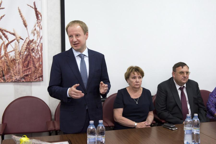 Виктор Томенко на встрече с сотрудниками компании «Алейскзернопродукт».