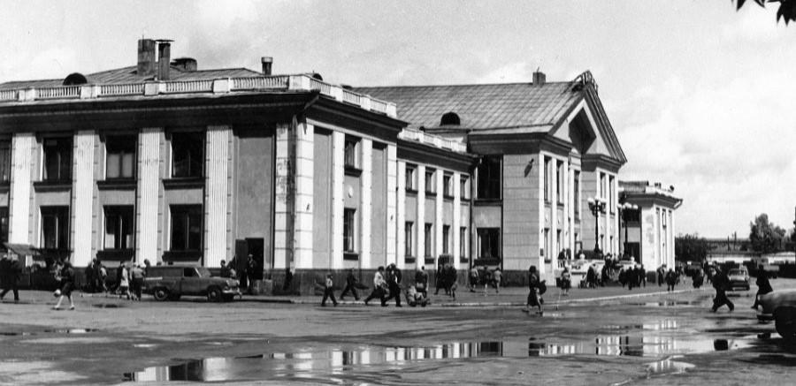 Здание ж-д вокзала на пл.Победы (до 1981г. - Привокзальная пл.). Барнаул в 1980-х годах.