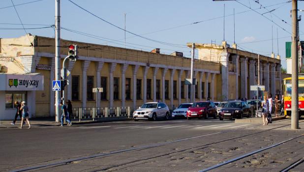 """Здание бывшего стадиона """"Локомотив"""" в Барнауле."""