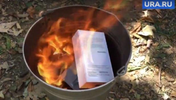 Пенсионерки из «Отряда Путина» в ответ на санкции США сожгли несколько iPhone и iPad/