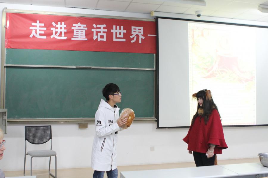 """Китайцы учат русский язык по сказке """"Колобок""""."""