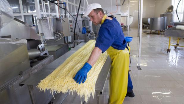 Как делают сыр-косичку.