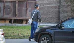 Человек на электросамокате в Барнауле