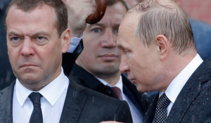 Медведев и Путин под дождем. Москва, май 2017 года.