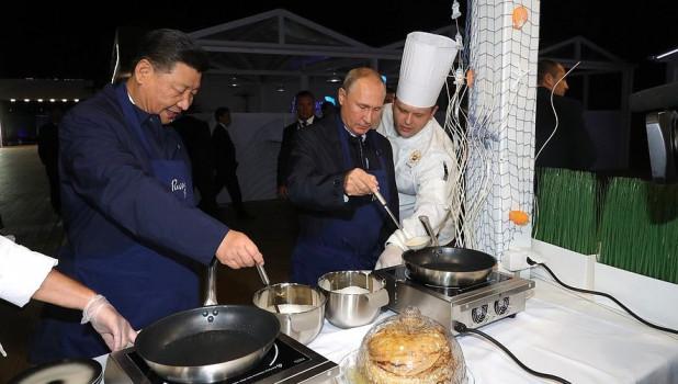 """Владимир Путин и лидер КНР Си Цзиньпин на """"Улице Дальнего Востока""""."""