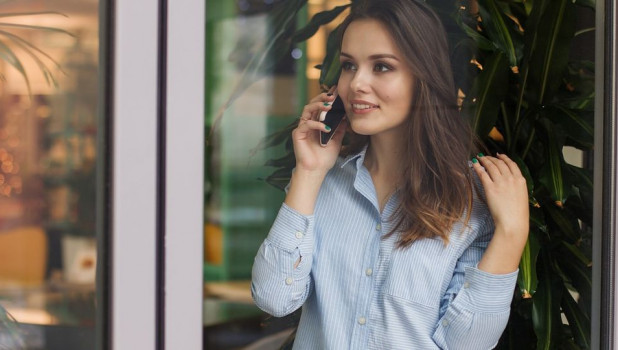 Девушка. Телефон.